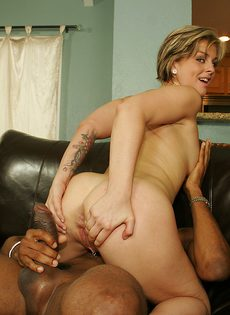 Опытная женщина яростно надрачивает и сосет толстый член негра - фото #7