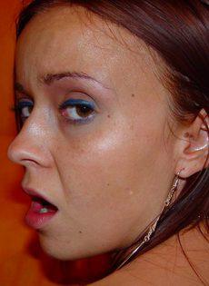Жигало вставил член в киску незнакомки и параллельно фоткает её на камеру - фото #10