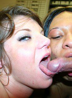 Пьяные шалавы неумело сосут член, обхватывая залупу губами - фото #14