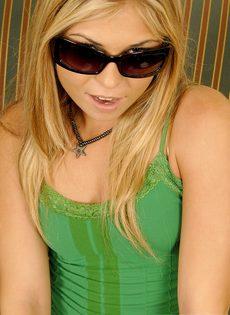 Блондинка трахнула себя резиновым членом и бурно кончила - фото #2