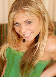 Блондинка трахнула себя резиновым членом и бурно кончила - фото #7