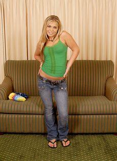 Блондинка трахнула себя резиновым членом и бурно кончила - фото #15