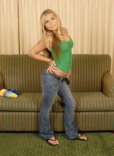 Блондинка трахнула себя резиновым членом и бурно кончила - фото #17