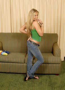 Блондинка трахнула себя резиновым членом и бурно кончила - фото #18
