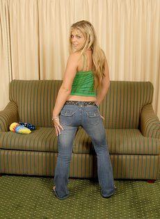 Блондинка трахнула себя резиновым членом и бурно кончила - фото #19