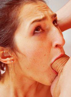 Худая шлюха лижет парню попку и трахает его языком - фото #77