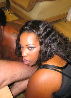 Две сисястые толстые негритянки получили в рот много спермы - фото #5