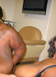 Две сисястые толстые негритянки получили в рот много спермы - фото #17