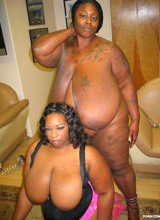 Две сисястые толстые негритянки получили в рот много спермы - фото #24