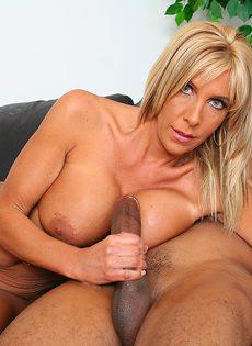 Лысый негр смотрит как блондинка сосет его длинный член - фото #10