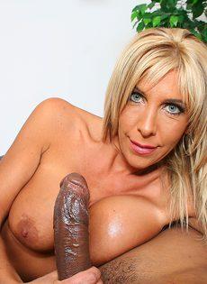 Лысый негр смотрит как блондинка сосет его длинный член - фото #11