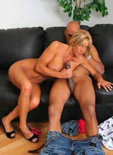 Лысый негр смотрит как блондинка сосет его длинный член - фото #15