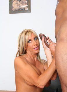Лысый негр смотрит как блондинка сосет его длинный член - фото #38