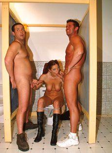 Случайно мужской туалет порно