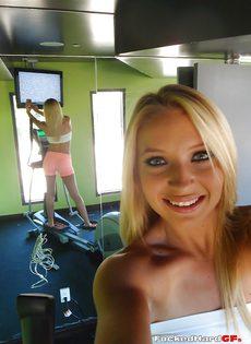 Сногсшибательная блондинка снимает с себя одежду - фото #7