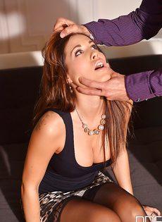 Кудрявая девочка Сатин Блум вынуждена подчиняться и сосать член - фото #1