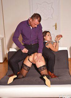 Кудрявая девочка Сатин Блум вынуждена подчиняться и сосать член - фото #9