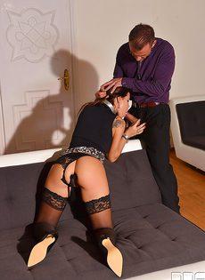 Кудрявая девочка Сатин Блум вынуждена подчиняться и сосать член - фото #10