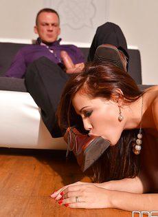 Кудрявая девочка Сатин Блум вынуждена подчиняться и сосать член - фото #16