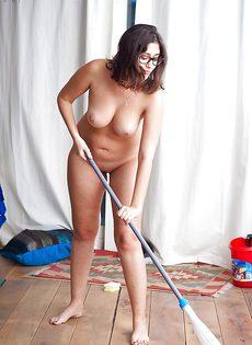 Темноволосая брюнетка моет пол абсолютно обнаженной - фото #9
