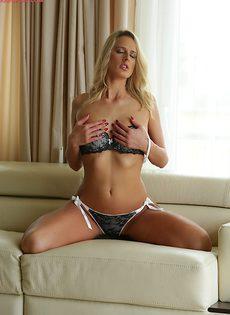 Красивое нижнее белье на прелестной блондиночке - фото #8