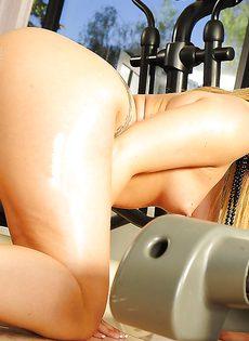 Аппетитная задница сногсшибательной молоденькой девушки - фото #10