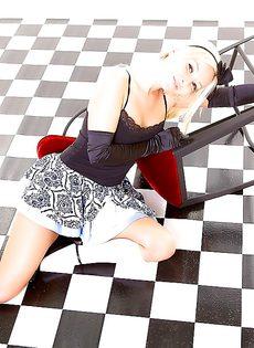 На полу лежит обнаженная симпатичная девчонка - фото #2
