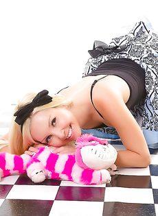 На полу лежит обнаженная симпатичная девчонка - фото #5