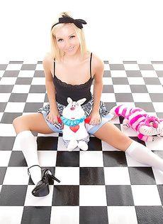 На полу лежит обнаженная симпатичная девчонка - фото #6