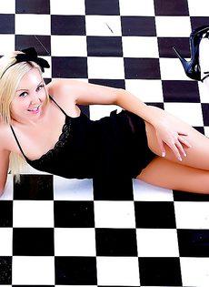 На полу лежит обнаженная симпатичная девчонка - фото #12
