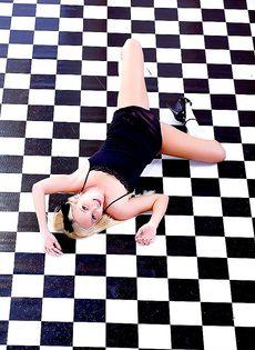 На полу лежит обнаженная симпатичная девчонка - фото #13