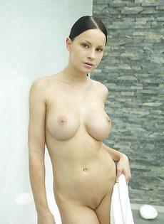 Секс фото девушки с большой грудью в душевой комнате - фото #1