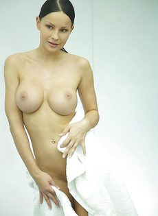 Секс фото девушки с большой грудью в душевой комнате - фото #2
