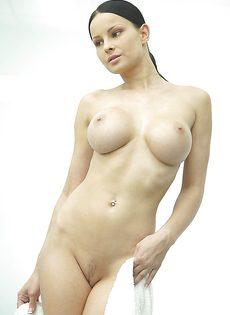 Секс фото девушки с большой грудью в душевой комнате - фото #4