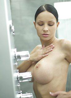 Секс фото девушки с большой грудью в душевой комнате - фото #6