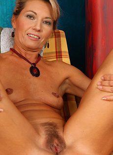 Бабенка вспоминает молодость с помощью мастурбации - фото #10
