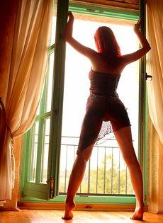 Сексуальная девушка позирует в одиночестве