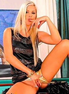 Блондиночка дрочит на бильярдном столе
