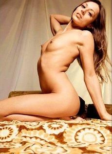 Фотомодель обнажила худое тело с небольшой грудью и торчащими сосками