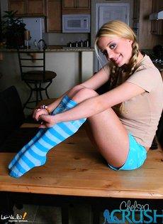Молоденькая девушка показывает свои прелести