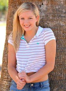 Скромная блондинка трогает киску на улице