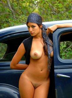 Сексуальная итальянская девушка обнажилась на фоне ретро автомобиля