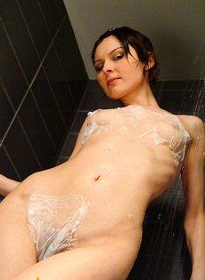 Симпатичная голая девушка в душе