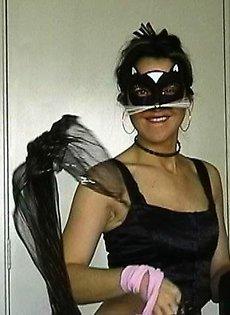 Девушке суют биту в вагину