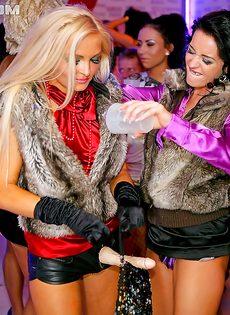 Лесбиянки развлеклись по полной программе со страпоном