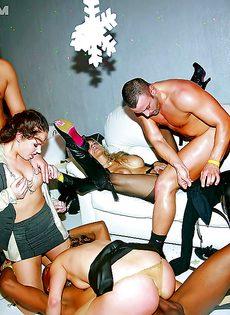 Групповое порно в ночном заведении с красавицами