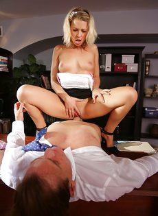 Начальник в офисе трахает привлекательную секретаршу
