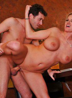 Во время обеда блондинка Zoey Holiday показала парню грудь