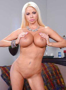 Сногсшибательная блондинка с силиконовой грудью в поисках трахаря