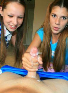 Молоденькие девушки ручками дрочат большой пенис
